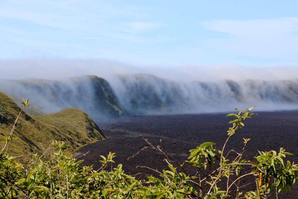Die Wolken fliessen ganz langsam in den Krater rein.